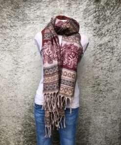 Grote warme sjaal uit India, ook als omslagdoek te gebruiken of als dekentje op de bank.