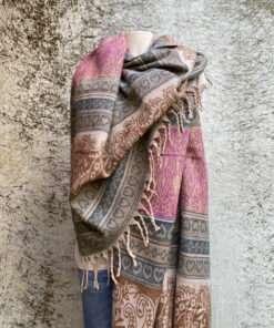 Sjaals met patronen in prachtige kleurstellingen. Aan twee kanten draagbaar. Groot en warm, ook geschikt als omslagdoek of dekentje.