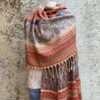 Sjaals met motieven in prachtige kleurstellingen. Aan twee kanten draagbaar. Groot en warm, ook geschikt als omslagdoek of dekentje.