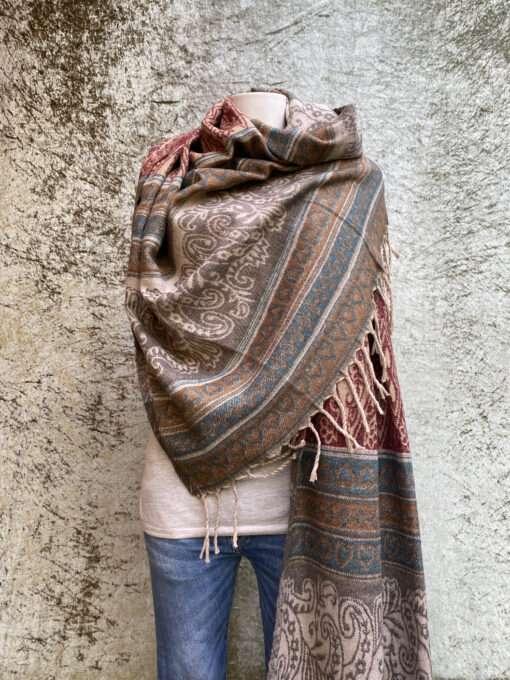 Geweven sjaals in prachtige kleurstellingen. Aan twee kanten draagbaar. Groot en warm, ook geschikt als omslagdoek of dekentje.