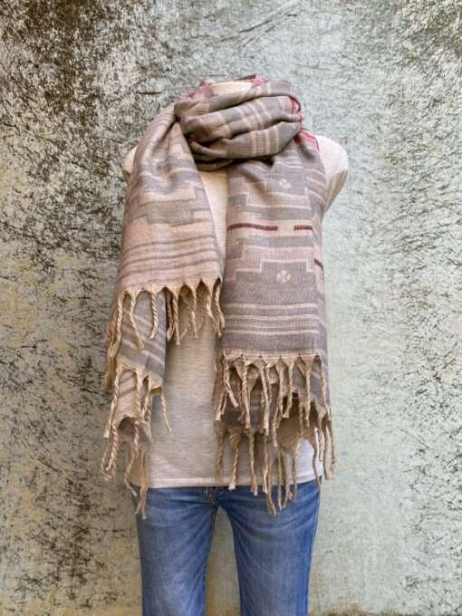 Sjaals van wol in prachtige kleurstellingen. Aan twee kanten draagbaar. Groot en warm, ook geschikt als omslagdoek of dekentje.