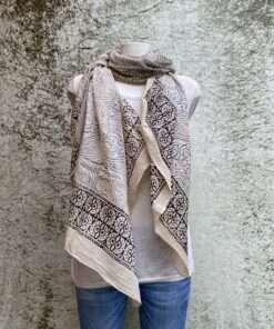 Paisley blokdruk sjaal uit India, geprint volgens de blockprint methode. Elk motief wordt met houten stempels handmatig gestempeld